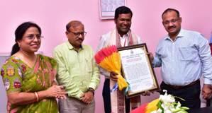 Culture minister felicitates sand artist Sudarshan Pattnaik